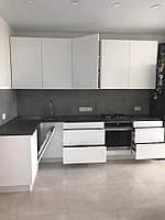 Белая глянцевая кухня с столешницей под бетон , фото 1