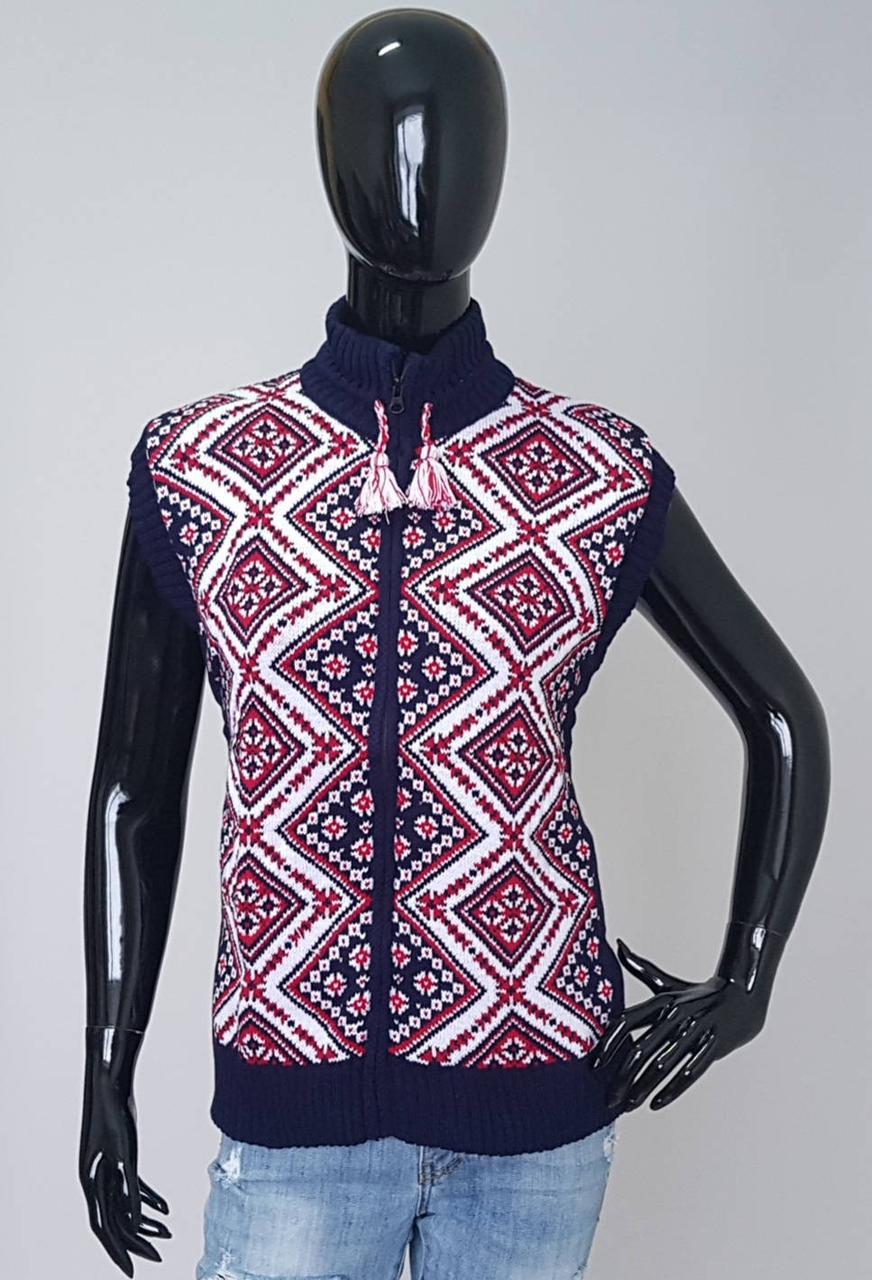 Женская вязаная жилетка с орнаментом вышивки
