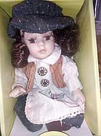 Фарфоровая коллекционная кукла сидячая 20см