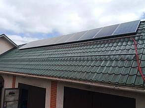 Установка первого ряда солнечных панелей на западном скате.