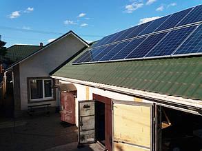 Массив солнечных панелей на западной стороне крыши мастерской-гаража.