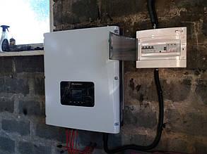 Открытый шкаф для защиты солнечной электростанции.