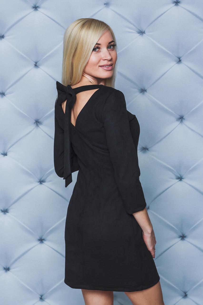 Черное замшевое платье с бантом сзади