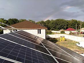 Вид на наземную часть солнечной электростанции в процессе монтажа.