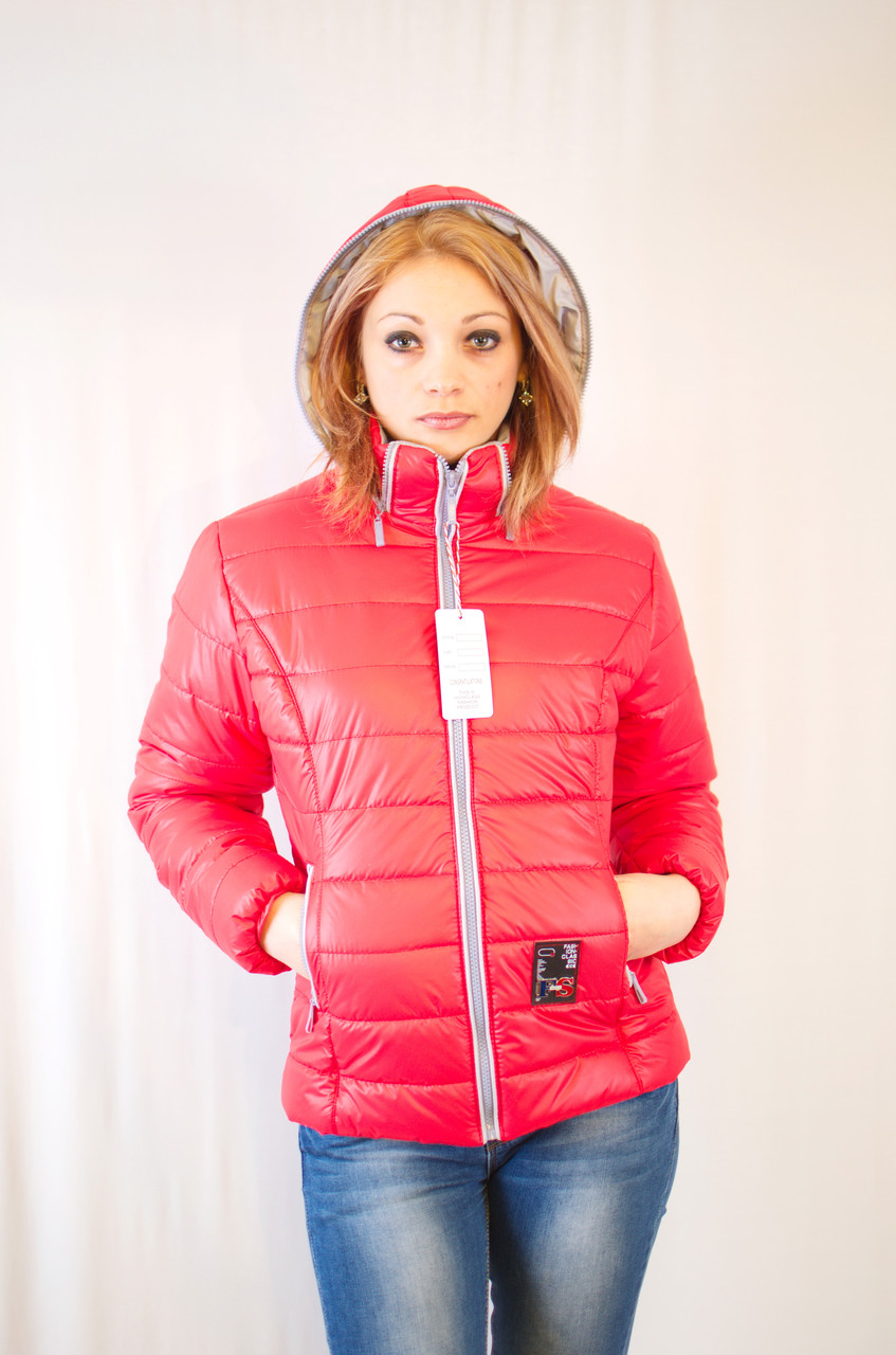 Красивая модная дешевая демисезонная куртка с капюшоном короткая