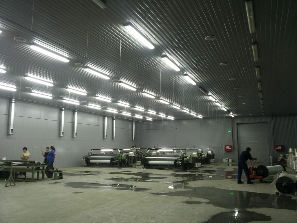 Монтаж системы увлажнения воздуха на производстве полимерной штукатурной сетки.