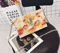 Модная женская сумка через плечо коробочка в мраморной расцветке