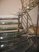 Лестница 10 с прозрачными ступенями и перилами из нержавейки