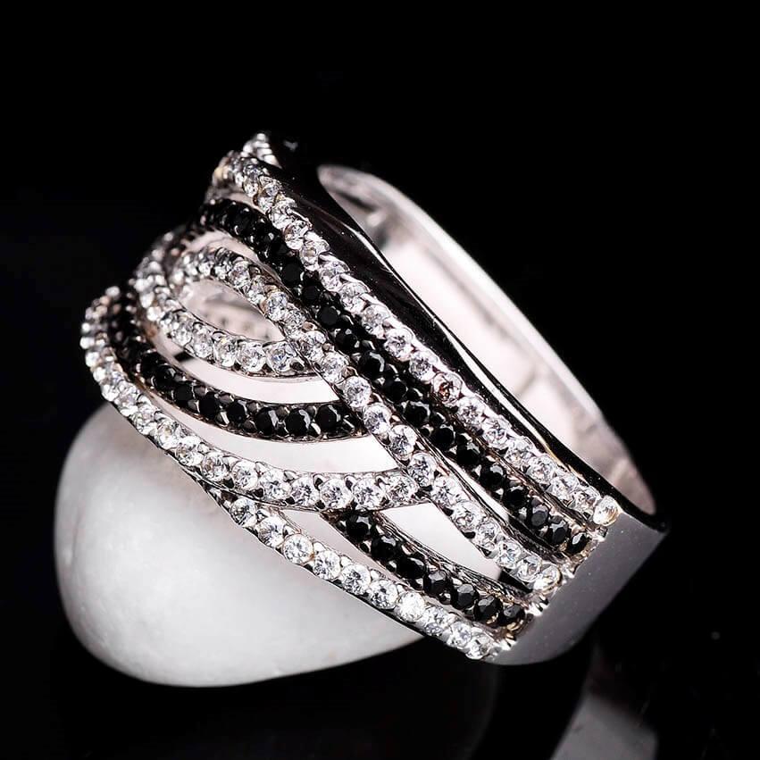 Женское кольцо из белого золота с фианитами  продажа 4ee6c76c2db9c