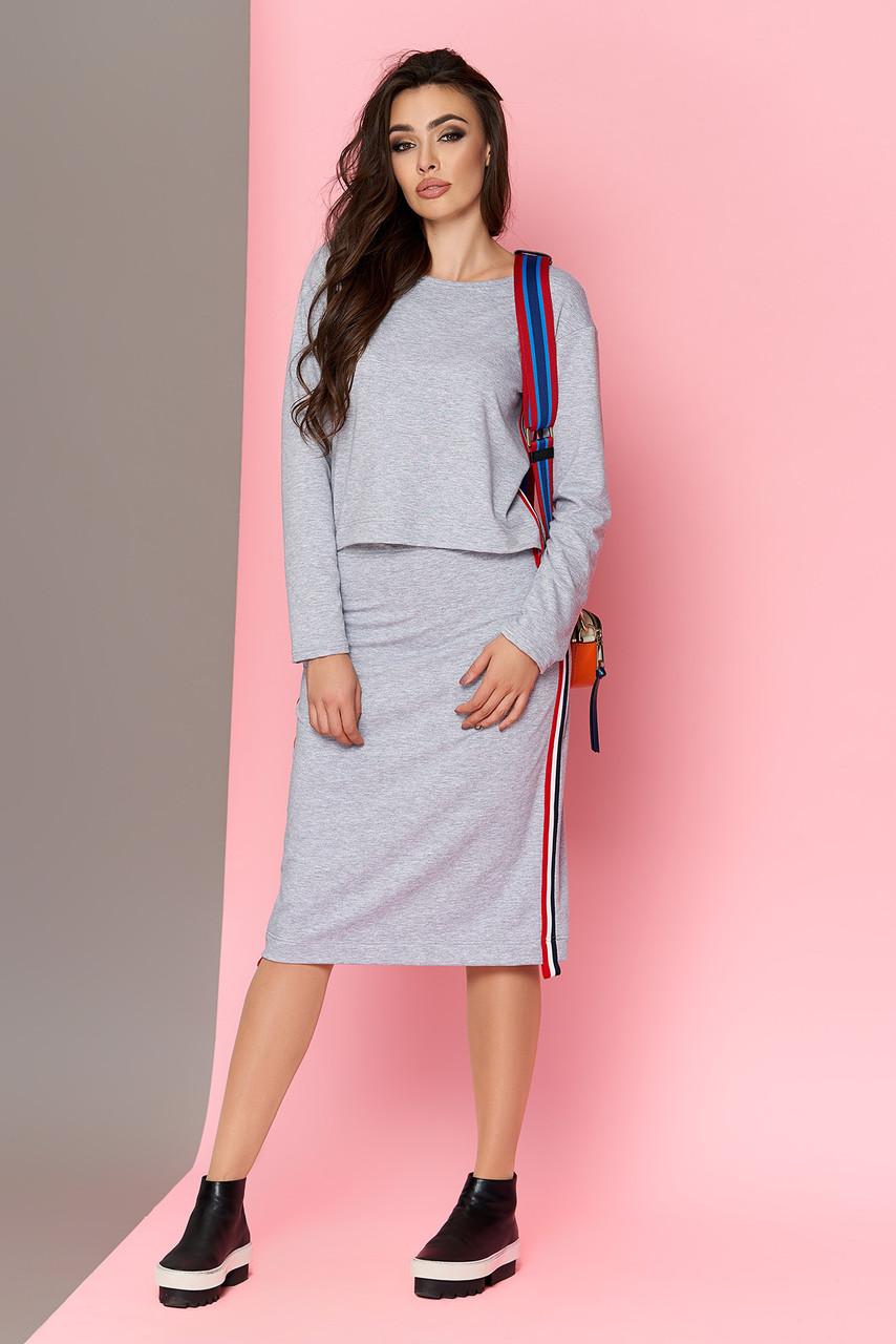 Модный женский костюм с юбкой серый