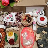 Косметический набор( крем и молочко для лица, бальзам для губ, мыла, соль и бисер для ванн.)