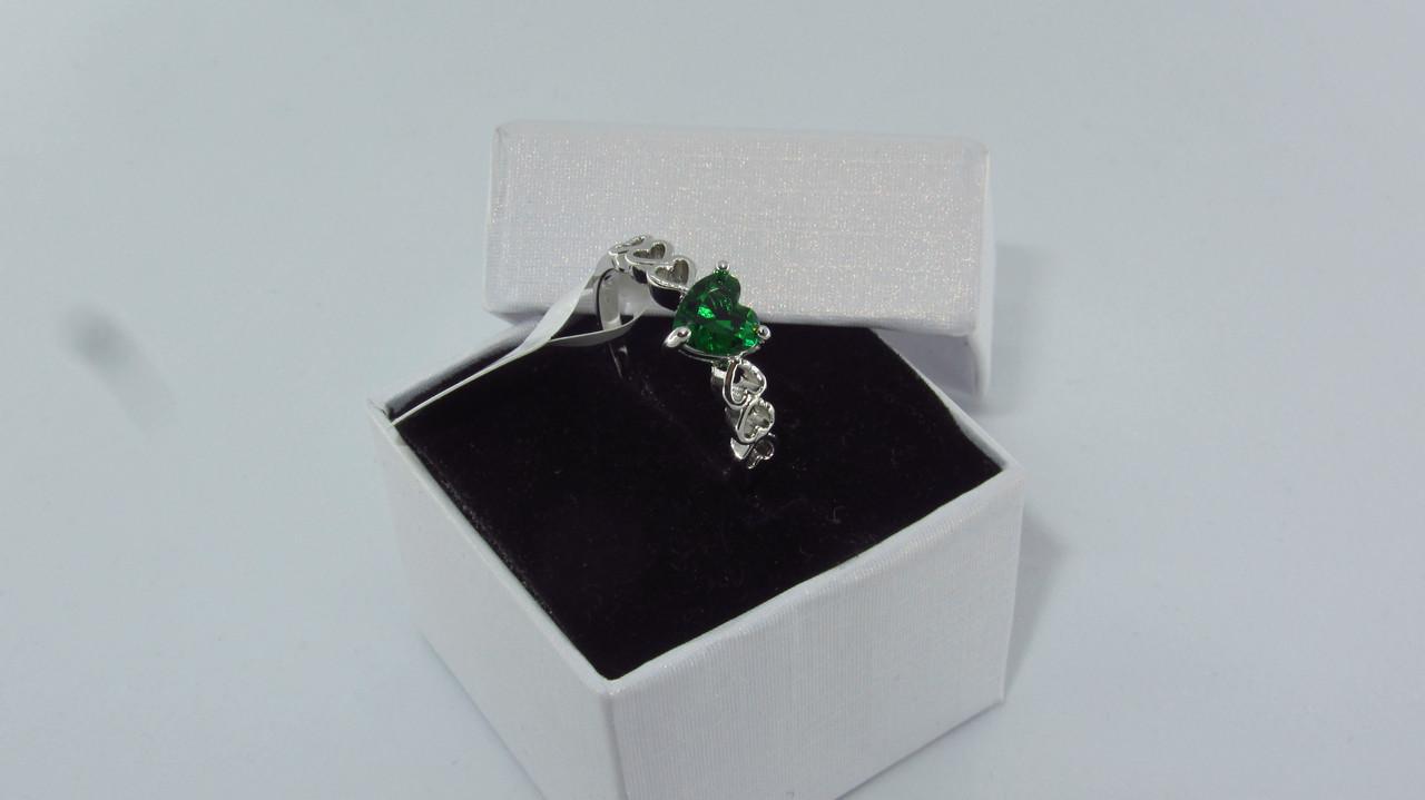 Серебряное кольцо, Сердце, с камнем зеленый куб. цирконий, размер 18