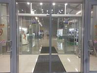 Информационные таблички на входных дверях в торговый центр