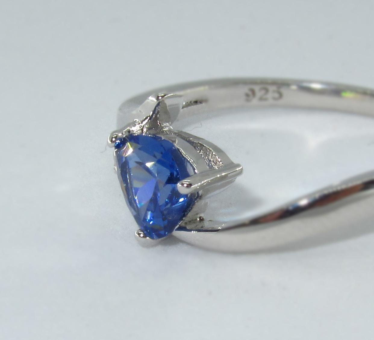 Серебряное кольцо, Сердце, с камнем синий куб. цирконий, размер 18