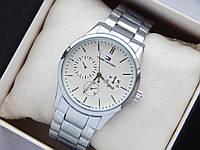 Наручные часы Tommy Hilfiger серебристого цвета с белым циферблатом