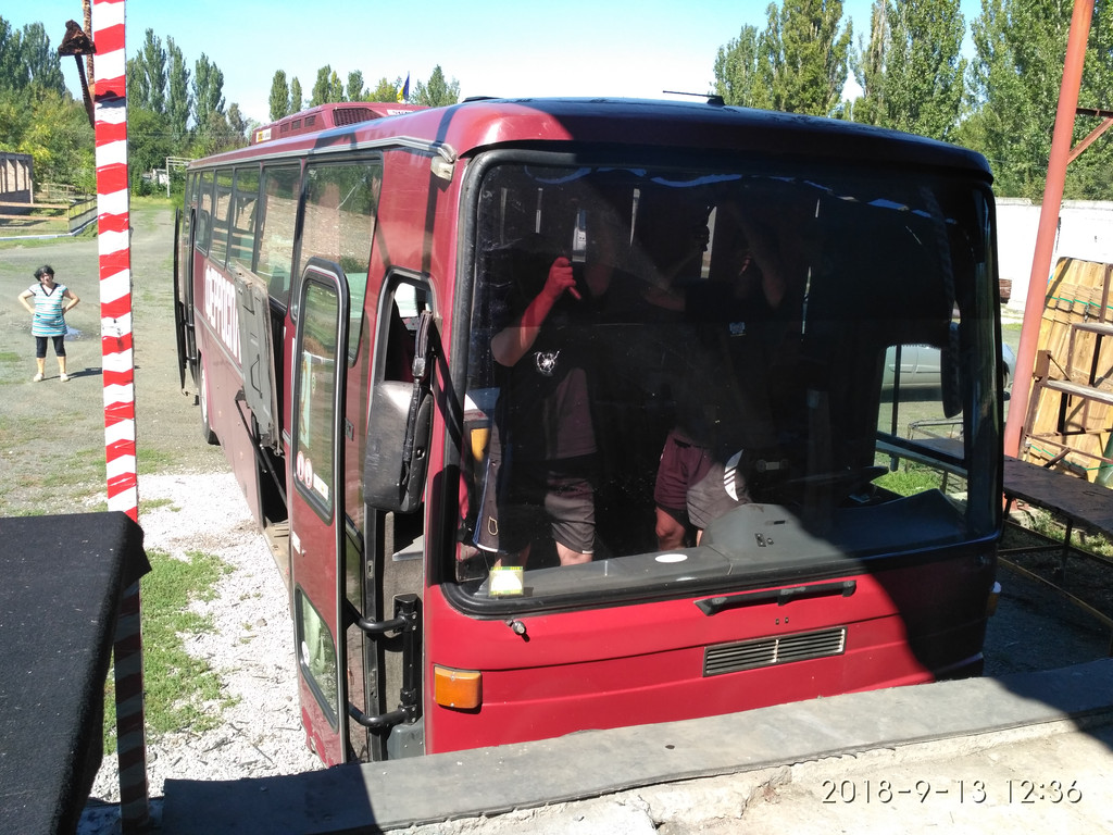 Производств и замена лобового стекла триплекс на автобусе Mercedes O 303  в Никополе (Украина). 65