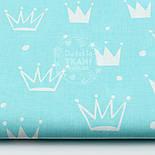 """Лоскут ткани """"Нарисованные короны"""" белые на светло-бирюзовом №1563а, фото 2"""