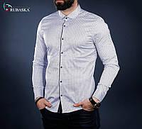 Светлая мужская рубашка в мелком принте