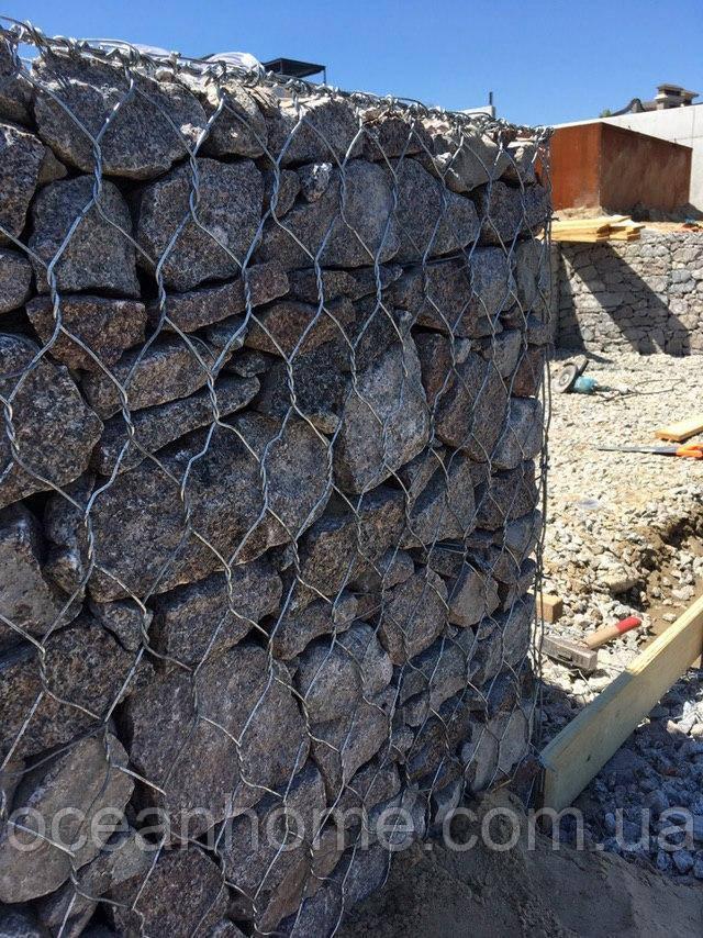 Укрепление склонов и береговых линий водоемов, подпорные стенки из габионов.