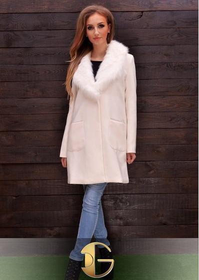 Длинное пальто с меховым воротником