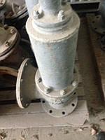 . Запорная арматура 5.2.1. Запорная арматура должна устанавливаться на трубопроводах, подводящих и отводящих из сосуда пар, газ или жидкость. В случае последовательного соединения нескольких сосудов установка запорной арматуры между ними необязательна. 5.2.2. Установка запорной арматуры между сосудом и предохранительным клапаном не допускается. 5.2.3. Установка переключающего крана или трехходовог