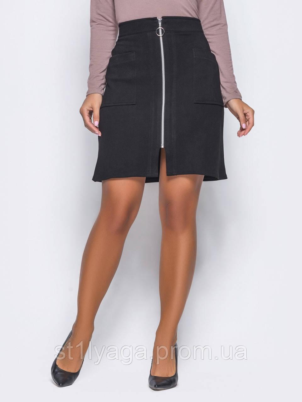 Оригинальная замшевая юбка прямого кроя с функциональными карманами и молнией во всю длину