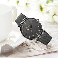 Часы с черным металлическим ремешком и темным циферблатом