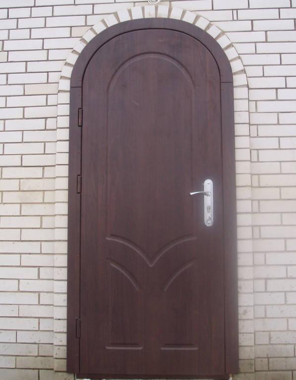 Металлическая входная арочная дверь с декоративными МДФ накладками.