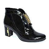 Стильные женские лаковые демисезонные ботинки, декорированы стразами и фурнитурой, фото 2