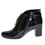 Стильные женские лаковые демисезонные ботинки, декорированы стразами и фурнитурой, фото 3