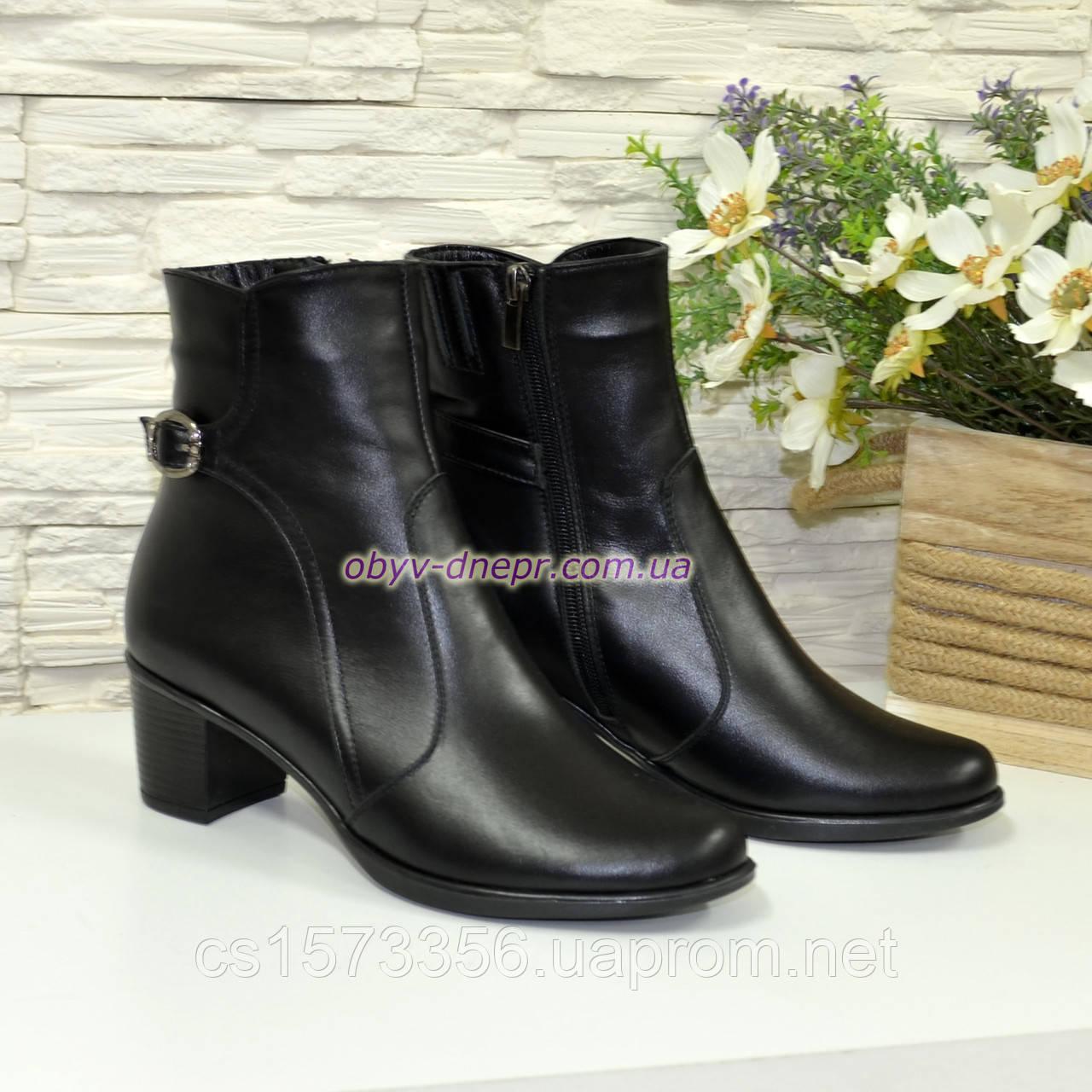 Жіночі демісезонні черевики, декоровані ремінцем