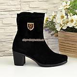 Демисезонные женские замшевые ботинки на невысоком каблуке, декорированы фурнитурой, фото 2