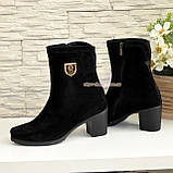 Демисезонные женские замшевые ботинки на невысоком каблуке, декорированы фурнитурой, фото 3