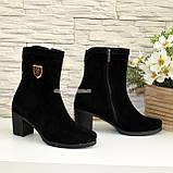 Демисезонные женские замшевые ботинки на невысоком каблуке, декорированы фурнитурой, фото 4