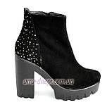 Демисезонные женские классические ботинки на высоком каблуке, из натуральной замши черного цвета, фото 2