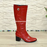 Сапоги демисезонные кожаные на невысоком устойчивом каблуке, цвет красный. Декорированы фурнитурой, фото 2