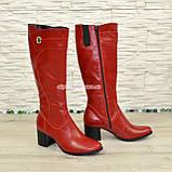 Сапоги демисезонные кожаные на невысоком устойчивом каблуке, цвет красный. Декорированы фурнитурой, фото 3