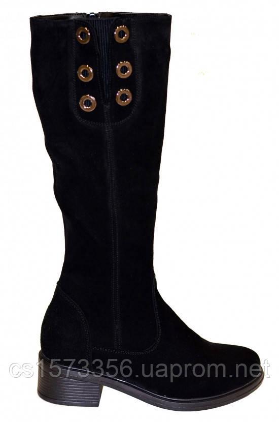 Жіночі демісезонні замшеві чоботи на невисокому стійкому каблуці, декоровані люверсами