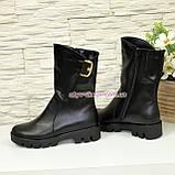 Черевики шкіряні жіночі чоботи на товстій підошві, декоровані ремінцем, фото 3