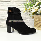 Полуботинки женские демисезонные на невысоком каблуке, из натуральной замши черного цвета, фото 2