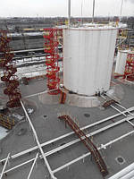 Повышение безопасности эксплуатации стальных резервуаров   Стальные вертикальные цилиндрические резервуары принадлежат к числу ответственных металлических конструкций, работающих в тяжелых эксплуатационных условиях.  Жесткость конструкции резервуаров, часто эксплуатируемых при значительных минусовых температурах, приводит к большим напряжениям в металле корпуса и в сварных соединениях, особенно в