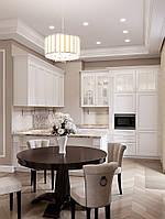Кухня белая с карниом и мраморной столешницей капучино, фото 1