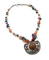 Ожерелье с каменьями и кулоном 77031060