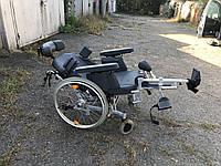 Многофункциональная качественная и надежная инвалидная коляска B&B с шириной сидения 47 см и наклоном спинки.