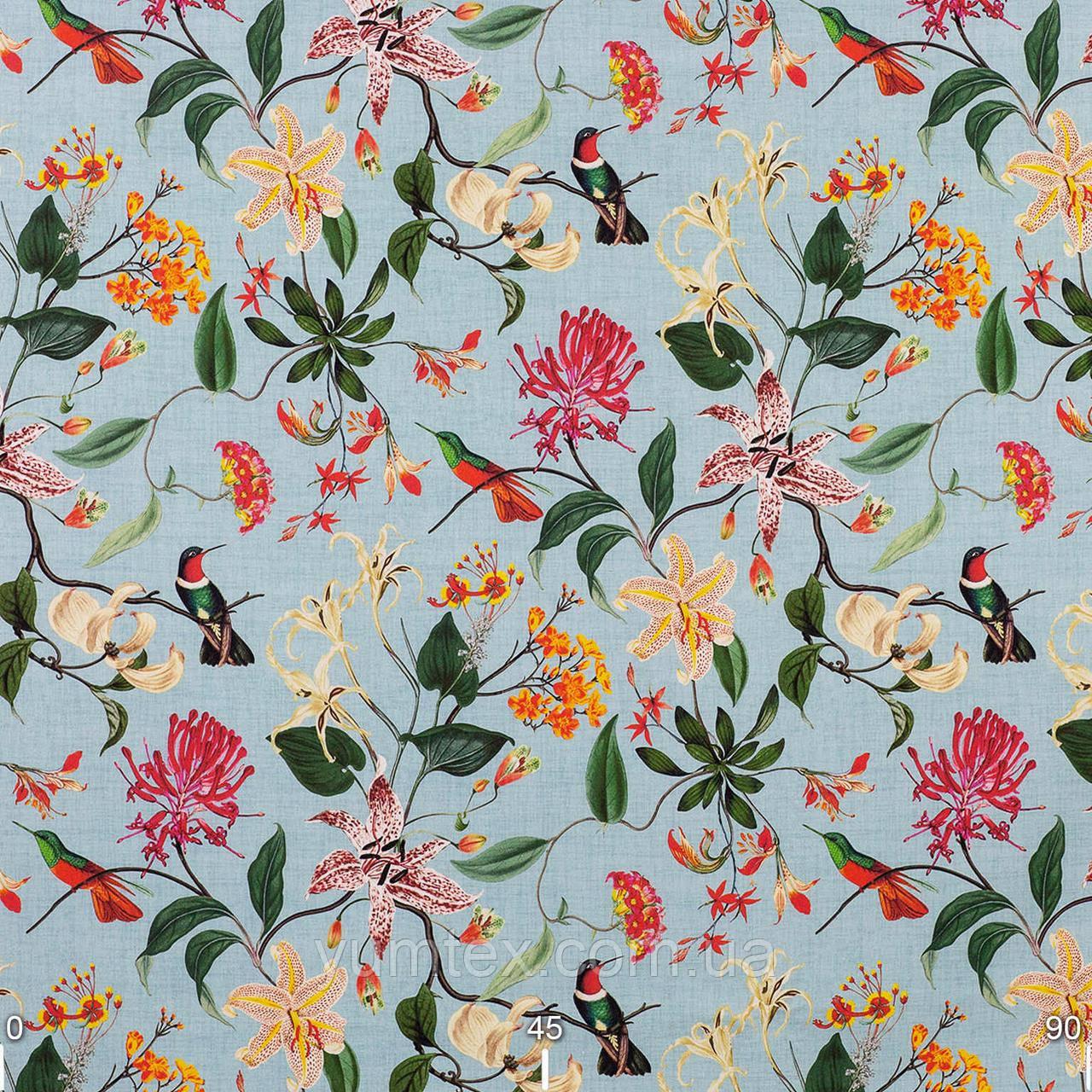 Декоративная ткань с крупными цветными растениями и птицами на голубом фоне