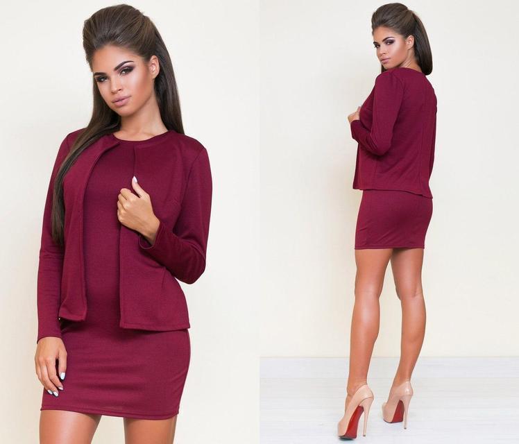 Короткое платье с пиджаком по фигуре без рукав бордовое