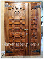 Двери деревянные с кованными элементами.