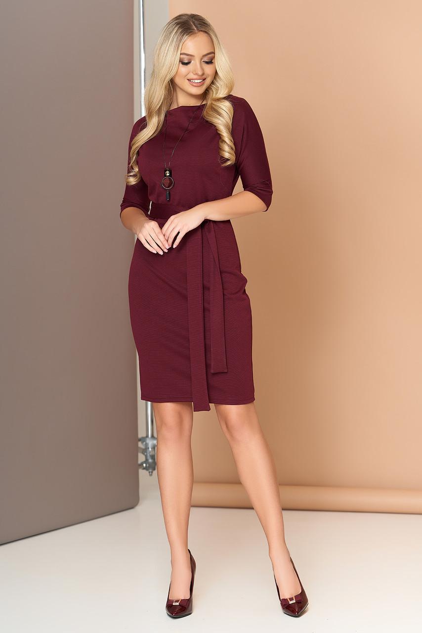 Платье офисное с поясом трикотажное бордо