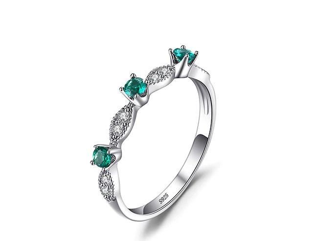 Серебряное кольцо, Цветы, с камнем нано изумруд и фионитами 17 размер