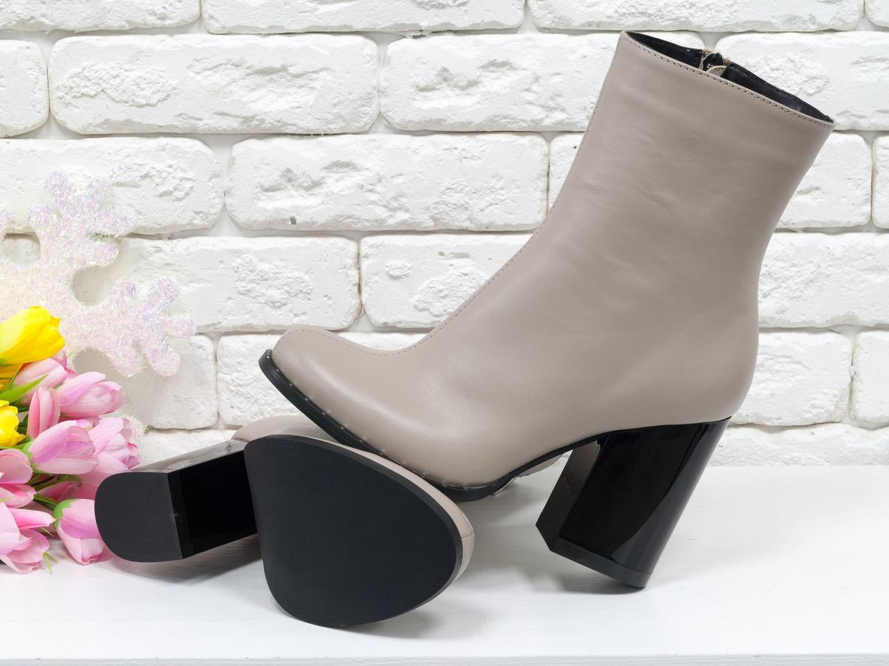 Ботинки стильные кожные бежевые на устойчивом глянцевом каблуке.